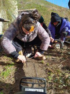 préparation des tronçonneuses pendant la coupe de bois